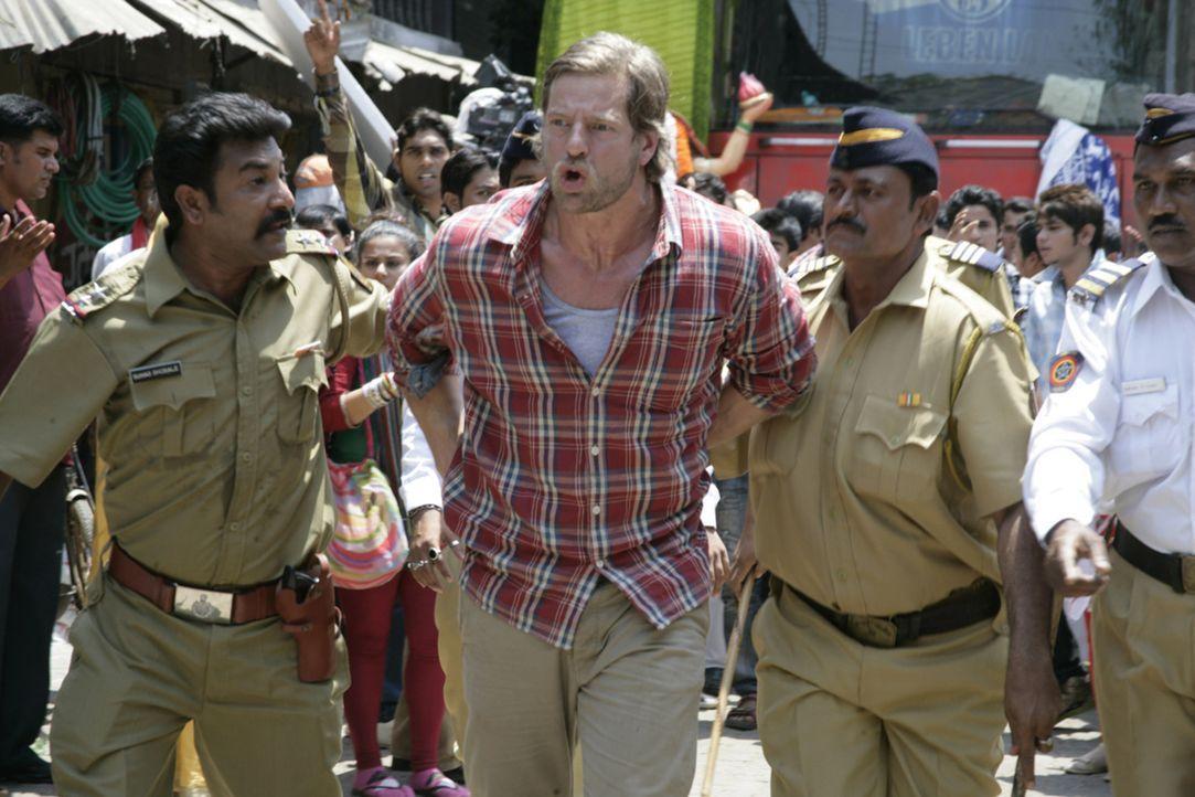 Die verwirrenden Straßenverhältnisse in Mumbai bringen Max (Henning Baum, M.) in Polizeigewahrsam. Ohne einflussreiche Freunde scheint ein Gefäng... - Bildquelle: Vinod Deshpande SAT.1