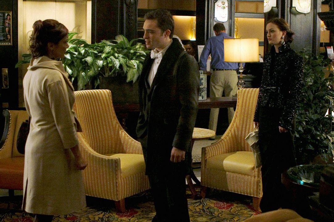 Bei einem Treffen behauptet die Frau (Laura Harring, l.), nur eine von Barts Affären gewesen zu sein. Sowohl Chuck ( (Ed Westwick, M.) als auch Blai... - Bildquelle: Warner Brothers