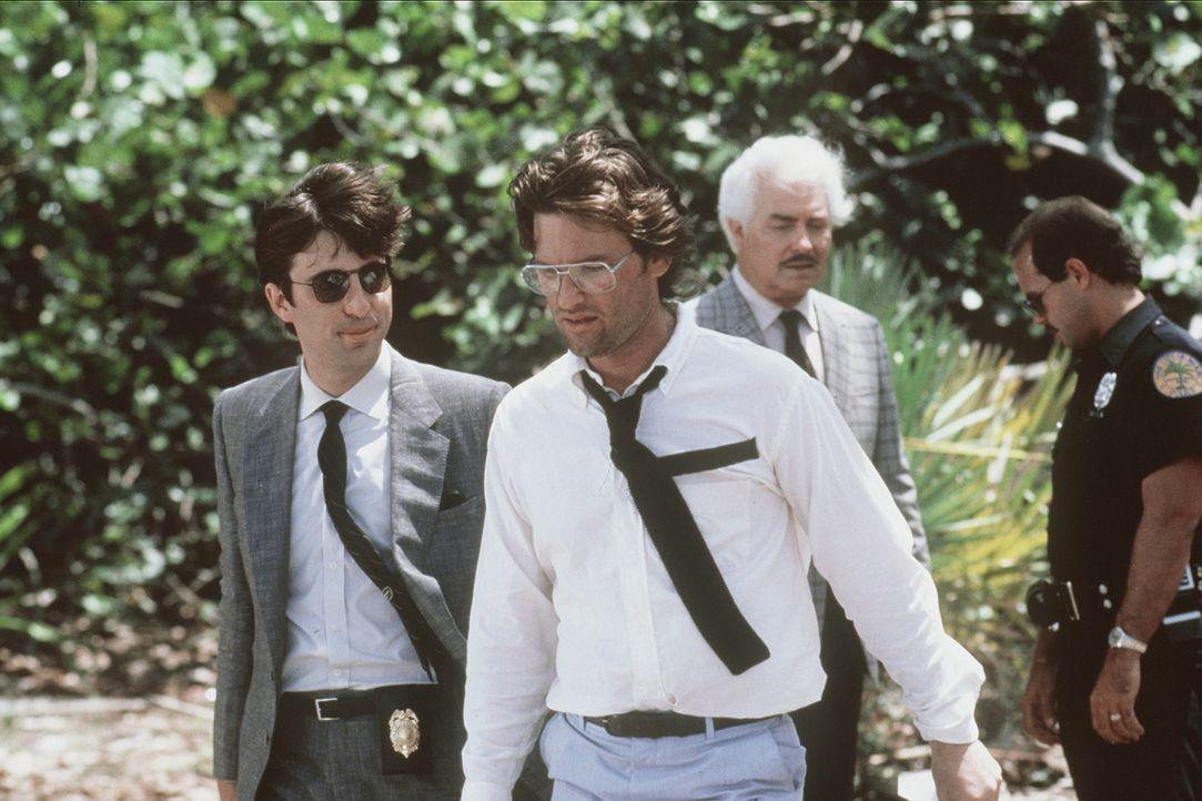 Martinez (Andy Garcia, l.), Malcolm (Kurt Russell, vorne) und Wilson (Richard Bradford, 2.v.r.) am Ort des Verbrechens Nr.4 ... - Bildquelle: Orion Pictures Corporation