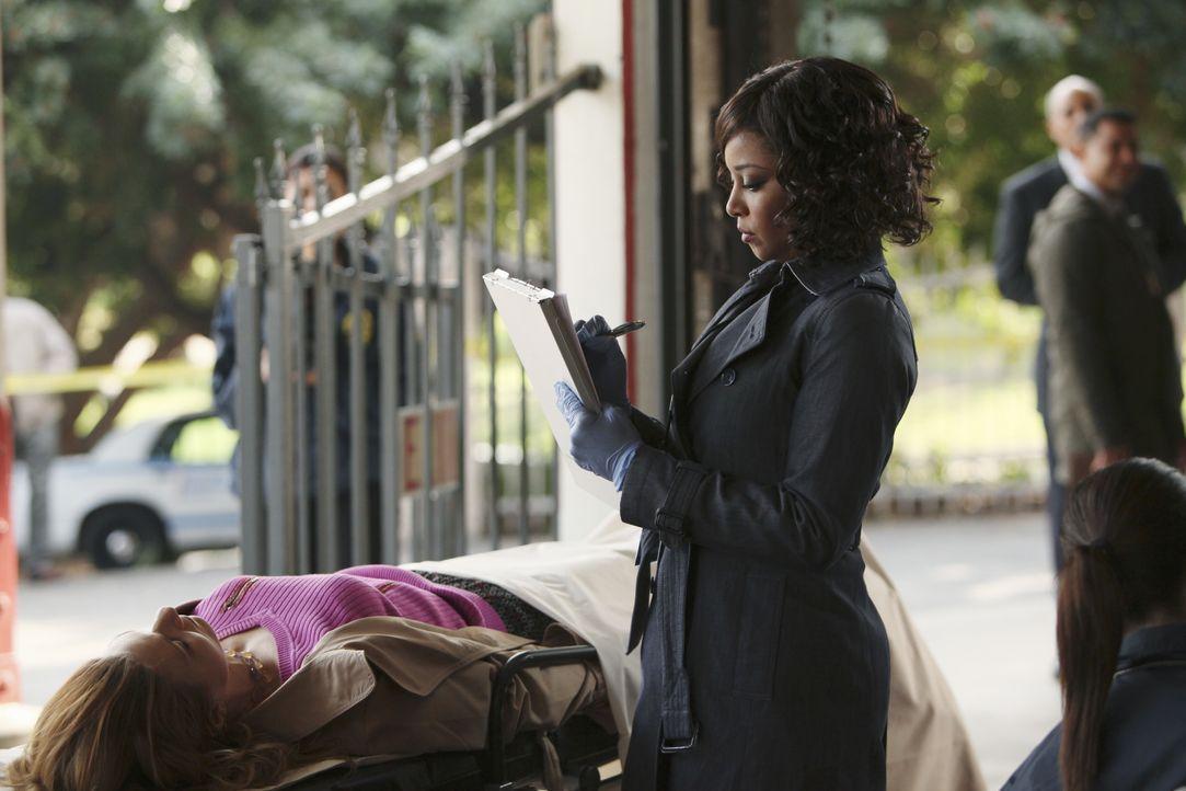 Lanie Parish (Tamala Jones, M.) untersucht die Leiche einer jungen Frau, die in einem Karussell gefunden wurde. - Bildquelle: ABC Studios