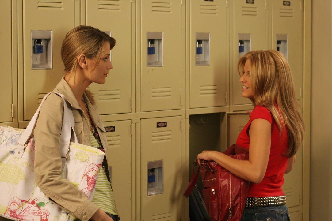 Marissa (Mischa Barton, l.) versucht herauszufinden, wer Jess (Nikki Griffin, r.) die Drogen an Treys Party gegeben hat ... - Bildquelle: Warner Bros. Television