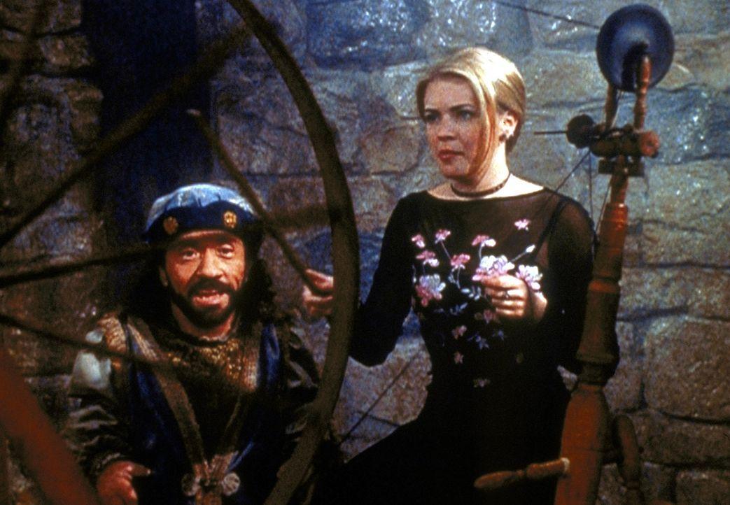Roland (Phil Fondacaro, l.), Sabrinas (Melissa Joan Hart, r.) Cousin aus dem anderen Reich, macht Sabrina mit einem Trick in sich verliebt ... - Bildquelle: Paramount Pictures