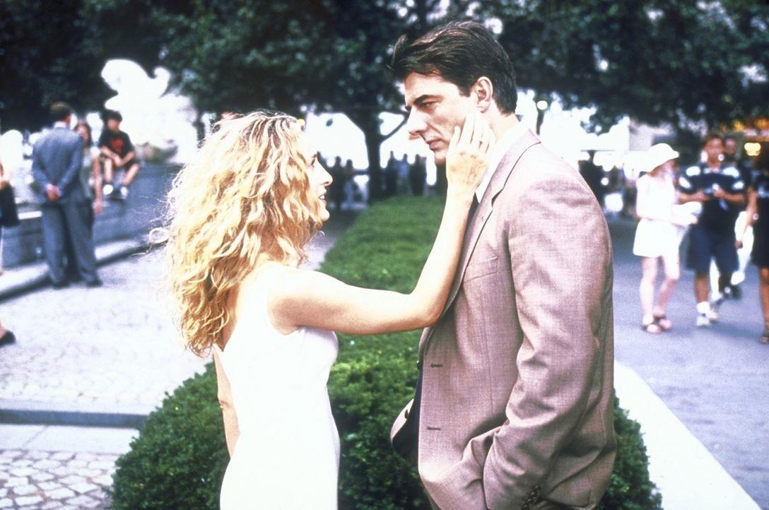 Carrie (Sarah Jessica Parker, l.) hat sich mit der Tatsache abgefunden, dass ihre Beziehung mit Mr. Big (Chris Noth, r.) endgültig vorbei ist. - Bildquelle: 2001 Paramount Pictures