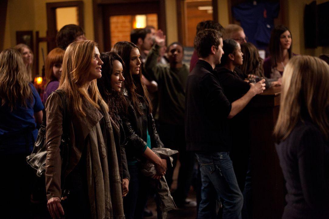 Jenna (Sara Canning, l.), Bonnie (Katerina Graham, 2.v.l.) und Elena (Nina Dobrev, 3.v.l.) amüsieren sich auf einer Party. - Bildquelle: Warner Brothers