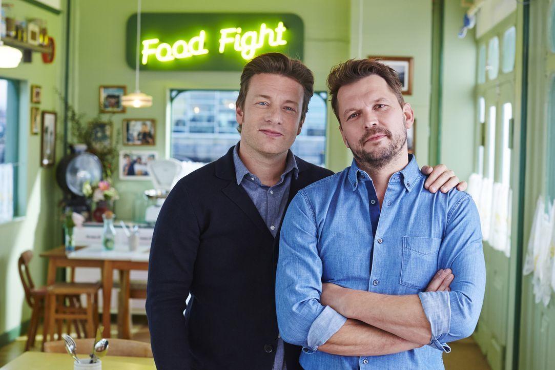 (4. Staffel) - Jamie Oliver (l.) und sein Kumpel Jimmy Doherty (r.) lieben gutes Essen, nette Gespräche und einen verantwortungsvollen Umgang mit Na...