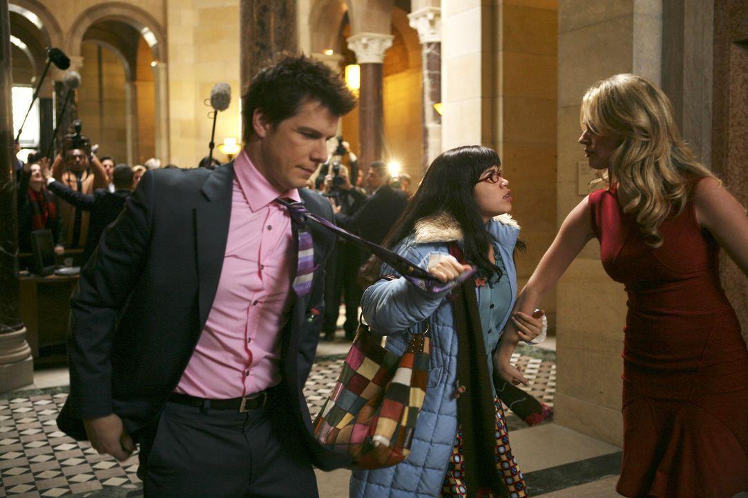 Betty (America Ferrera, M.) reicht's! Alexis (Rebecca Romijn, r.) und Daniel (Eric Mabius, l.) sollen den Streit endlich beilegen ... - Bildquelle: Buena Vista International Television