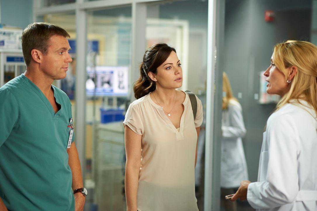 Charlie (Michael Shanks, l.), Alex (Erica Durance, M.) und Dawn (Michelle Nolden, r.) sind sich nicht sicher, ob die Verletzungen von zwei Patienten... - Bildquelle: 2012  Hope Zee One Inc.