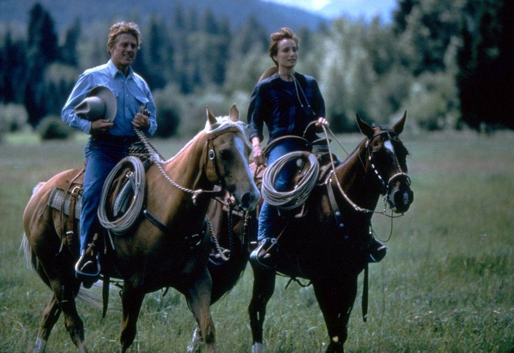 Der Pferdeflüsterer Tom Booker (Robert Redford, l.) verändert nicht nur das Leben von Annie MacLean (Kristin Scott-Thomas, r.) … - Bildquelle: Touchstone Pictures