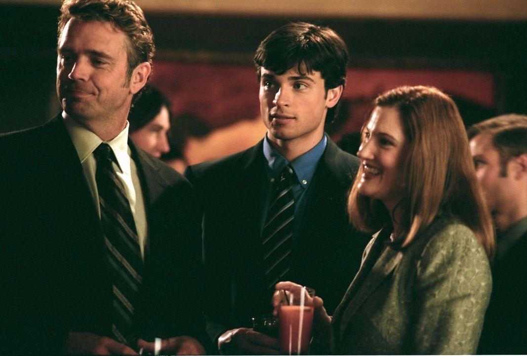 Ahnen nicht, was es mit der Stimme auf sich hat, die plötzlich zu Clark (Tom Welling, M.) spricht: Jonathan (John Schneider, l.) und Martha (Annette... - Bildquelle: Warner Bros.