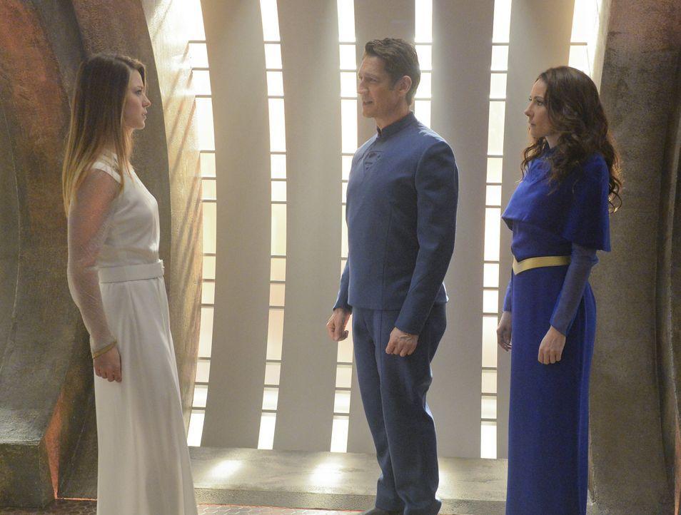 Eine Traumvision vereint Kara (Melissa Benoist, l.) wieder mit ihren Eltern, Zor-El (Robert Gant, M.) und Alura (Laura Benanti). Doch um in der Wirk... - Bildquelle: 2015 Warner Bros. Entertainment, Inc.
