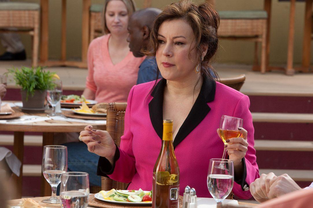 Ginny (Jennifer Tilly) nimmt Freds neue Freundin beim gemeinsamen Essen ordentlich ins Kreuzverhör ... - Bildquelle: 2011 Sony Pictures Television Inc. All Rights Reserved.