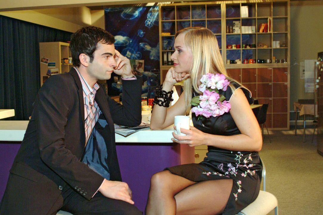 Womanizer David (Mathis Künzler, l.) kann es nicht lassen - und flirtet heftig mit Model Verena (Annett Fleischer, r.) ... - Bildquelle: Monika Schürle SAT.1 / Monika Schürle