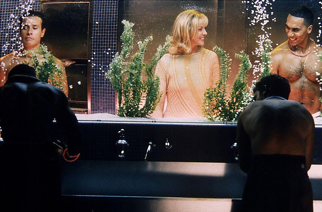 """Beim gemeinsamen Besuch mit ihren Freundinnen in der Schwulendisco """"Trade"""", konsumiert Sam (Kim Cattrall, M.) ein wenig von der Droge 'Ecstasy' ... - Bildquelle: Paramount Pictures"""