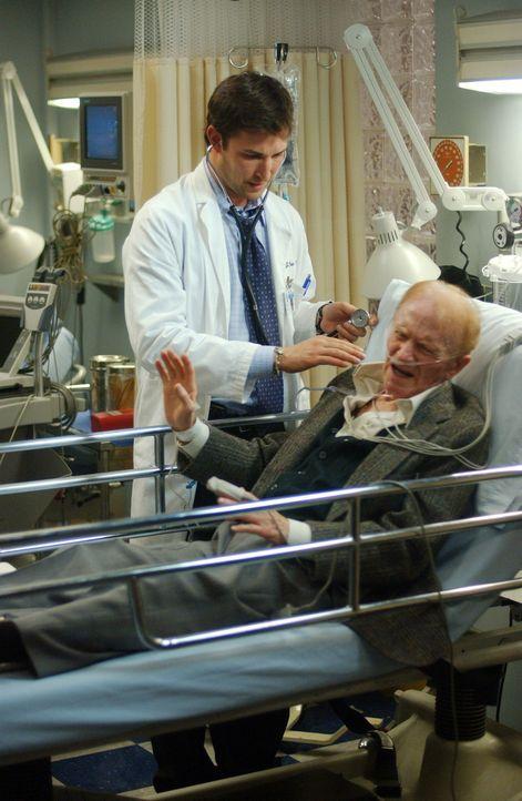 Nachdem vor zehn Jahren Mr. Rubadoux (Red Buttons, r.) Frau wegen Carter (Noah Wyle, l.) gestorben ist, möchte er nichts mit ihm zu tun haben ... - Bildquelle: WARNER BROS