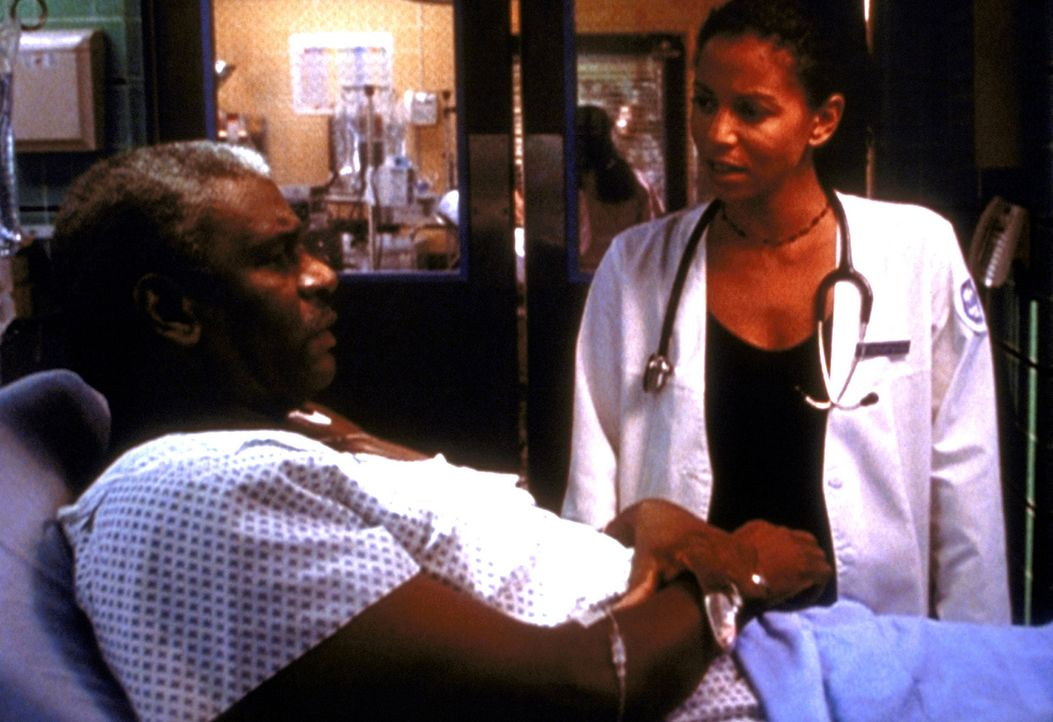 Mr. Lipson (Richard Gant) hat seine transplantierte Leber durch Alkohol ruiniert. Jeanie (Gloria Reuben) hält es für ihre Pflicht, zu verhindern, da... - Bildquelle: TM+  2000 WARNER BROS.