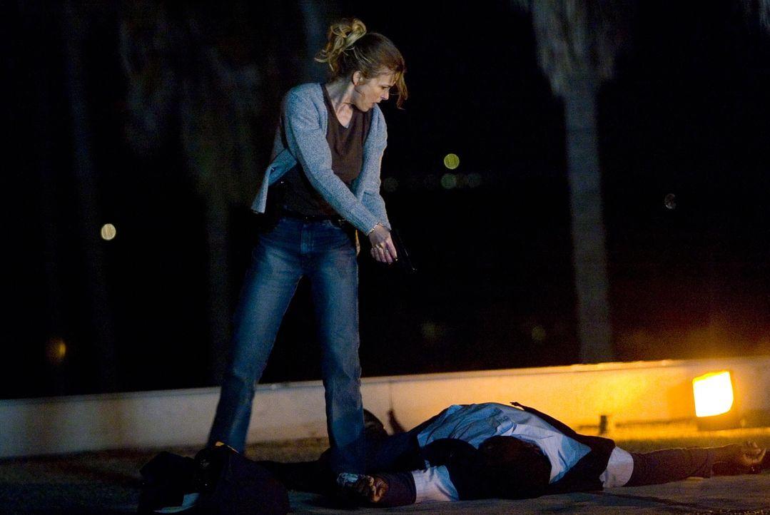 Brenda (Kyra Sedgwick, l.) kommt zu spät: Drei Mitglieder einer berüchtigten Latino-Gang wurden in einem Park von einem Heckenschützen erschossen ..... - Bildquelle: Warner Bros. Television