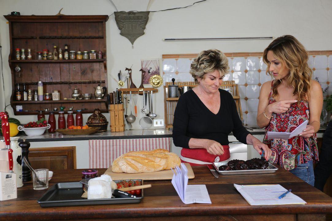 Diesmal überlegen sich Giada (r.) und ihre Tante Raffy (l.) ein ganz besonderes Menü, da endlich wieder die ganze Familie zusammenkommt ... - Bildquelle: 2016,Television Food Network, G.P. All Rights Reserved