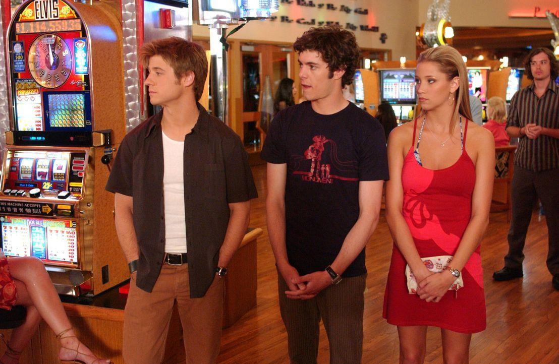 Noch ahnen Seth (Adam Brody, M.) und Ryan (Benjamin McKenzie, l.) nicht, dass Jenn (Kristen Renton, r.) eine Prostituierte ist ... - Bildquelle: Warner Bros. Television