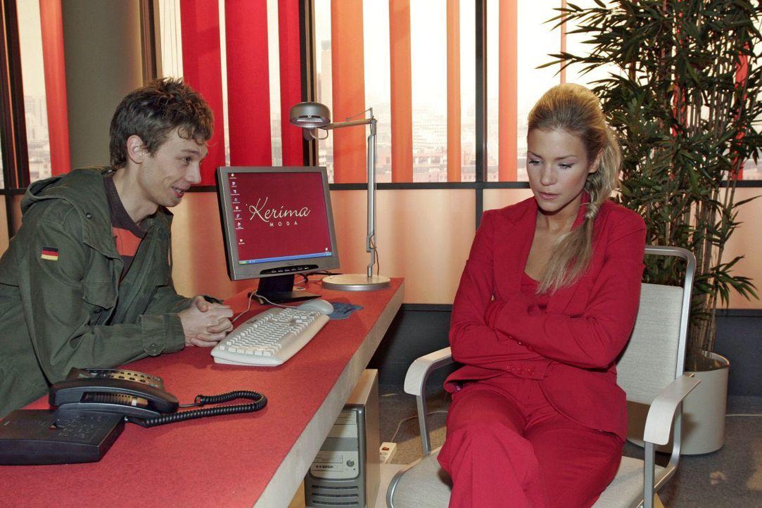 Jürgen (Oliver Bokern, l.) bekommt zufällig mit, dass Sabrina (Nina-Friederike Gnädig, r.) finanzielle Probleme hat. - Bildquelle: Noreen Flynn SAT.1 / Noreen Flynn