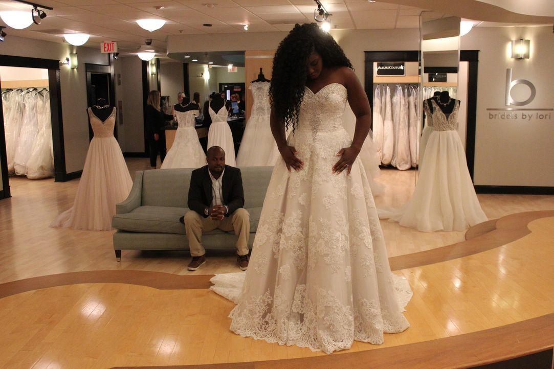 Während Braut Erin sich nach einem sexy Hochzeitskleid umsieht, berät Verkäu... - Bildquelle: TLC & Discovery Communications