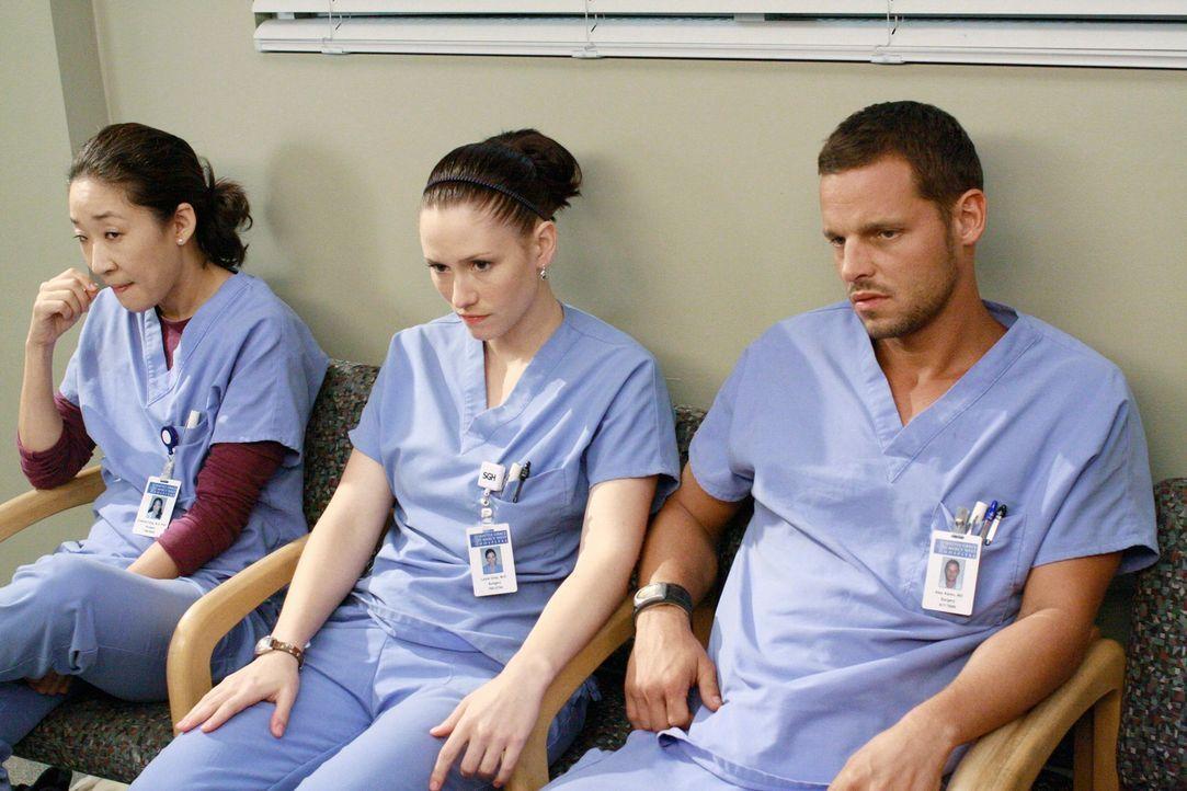 Bangen um ihren Job: Cristina (Sandra Oh, l.), Lexie (Chyler Leigh, M.) und Alex (Justin Chambers, r.) ... - Bildquelle: Touchstone Television