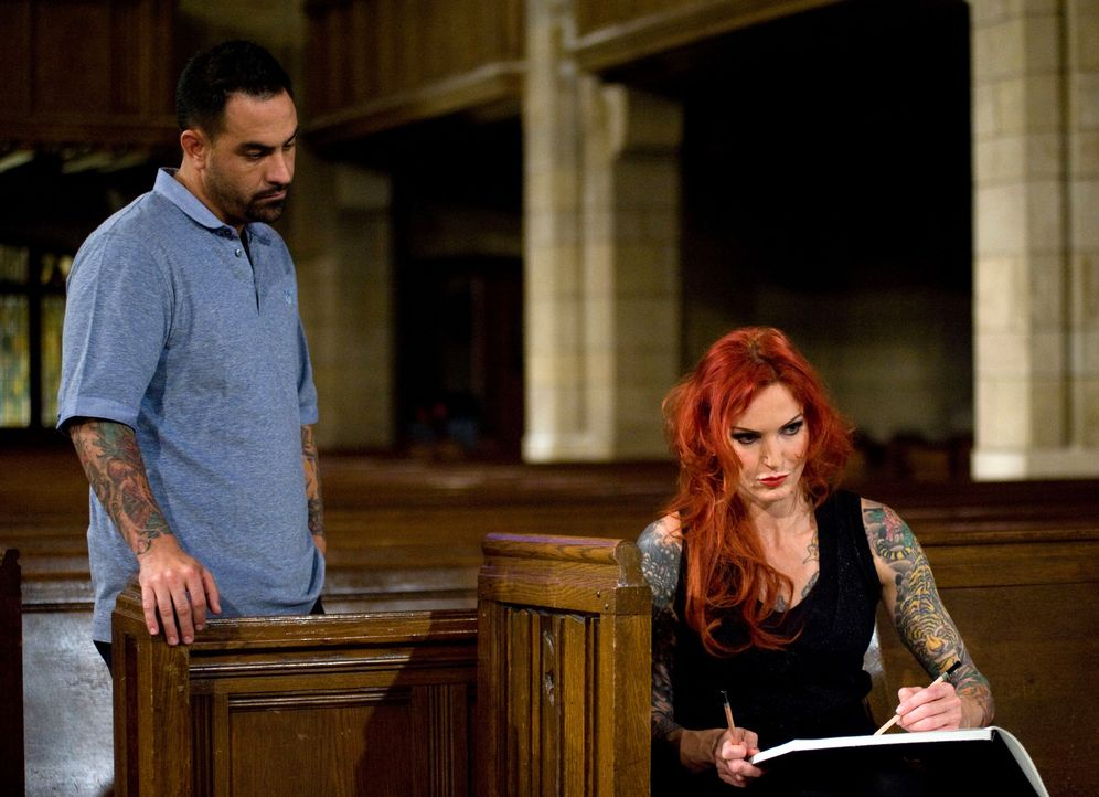 Chris Nunez (l.) schaut Léa Vendetta (r.) ganz genau auf die Finger, als diese versucht, die perfekte Vorlage für ihr Betende-Hände-Tattoo zu zeichn... - Bildquelle: Fernando Leon Spike TV