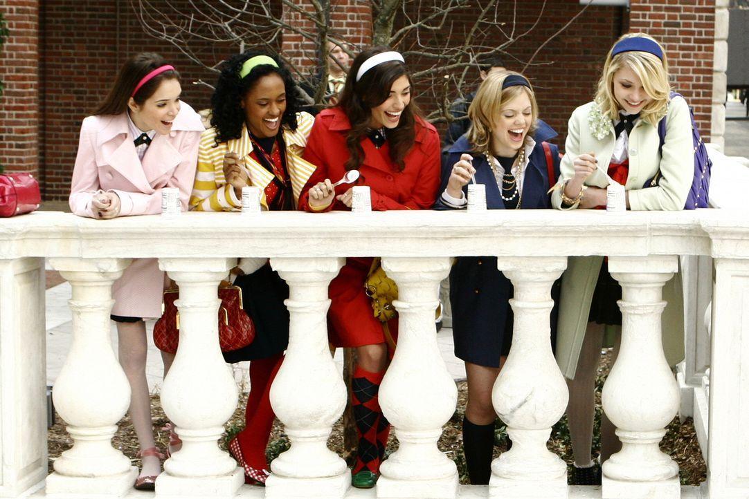 Elise (Emma DeMar, l.), Isabel (Nicole Fiscella, 2.v.l.), Penelope (Amanda Setton, M.) und Hazel (Dreama Walker, 2.v.r.) haben es auf ihre alte Anf - Bildquelle: Warner Bros. Television