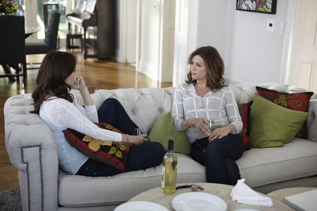 Alex (Erica Durance, l.) und Dana (Wendy Crewson, r.) sprechen über Gott und die Welt ... - Bildquelle: 2013  Hope Zee Two Inc.