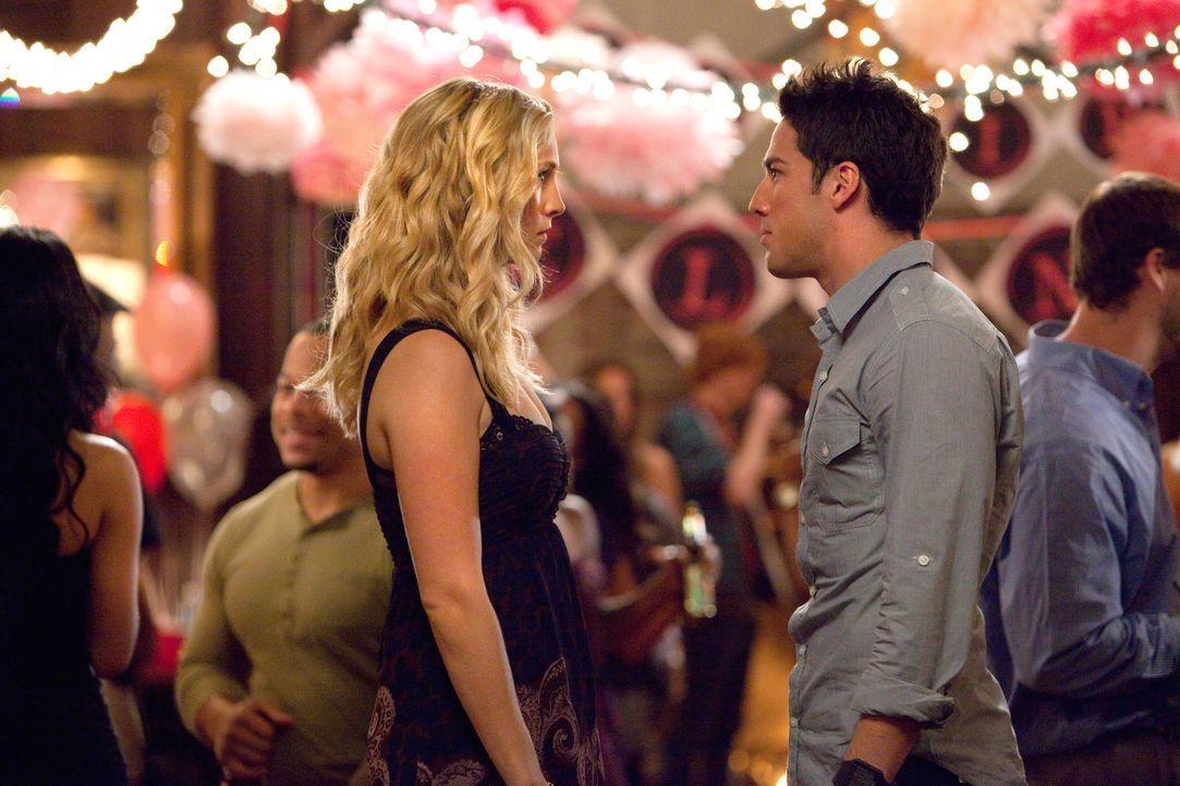 Zwischen Tyler Lockwood (Michael Trevino, r.) und Caroline Forbes (Candice Accola, l.) sprühen kräftig die Funken ... - Bildquelle: © Warner Bros. Entertainment Inc.