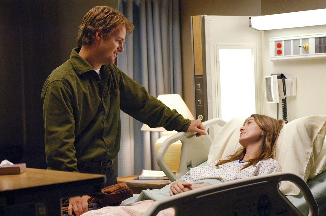 Während Izzie Besuch von Dennys Vater hat, kommt Finn (Chris O'Donnell, l.) zu Meredith (Ellen Pompeo, r.) ins Krankenhaus um nach ihr zu sehen ... - Bildquelle: Touchstone Television