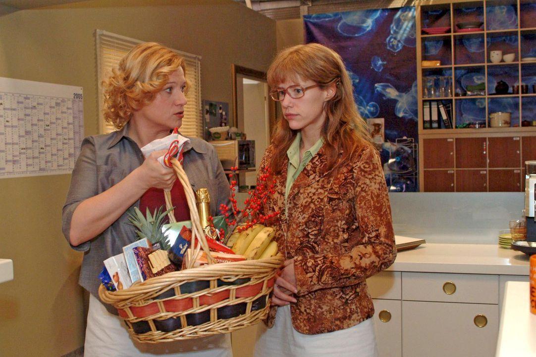 Als Lisa (Alexandra Neldel, r.) sich ihren Kollegen als Lebensretterin von David zu erkennen gibt, drückt Agnes (Susanne Szell, l.) ihr einen Korb i... - Bildquelle: Noreen Flynn SAT.1 / Noreen Flynn