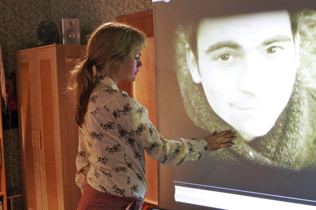 Lisa (Alexandra Neldel, l.) kämpft mit den Tränen, als sie die Videoaufnahmen von David sieht. (Dieses Foto von Alexandra Neldel darf nur in Zusamme... - Bildquelle: Noreen Flynn SAT.1 / Noreen Flynn