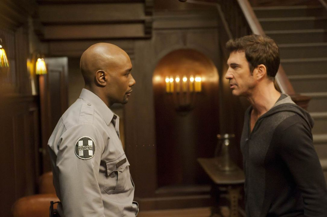 Vivien hat auf Ben (Dylan McDermott, r.) geschossen, weil sie ihn für einen Eindringling gehalten hat. Luke (Morris Chestnut, l.) will sich nach Viv... - Bildquelle: 2011 Twentieth Century Fox Film Corporation. All rights reserved.