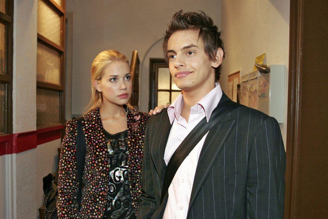 Kim (Lara-Isabelle Rentinck, l.) stellt Alex (Shai Hoffmann, r.) zur Rede: Hat er mit dem Verschwinden ihrer Kamera zu tun? - Bildquelle: Noreen Flynn Sat.1