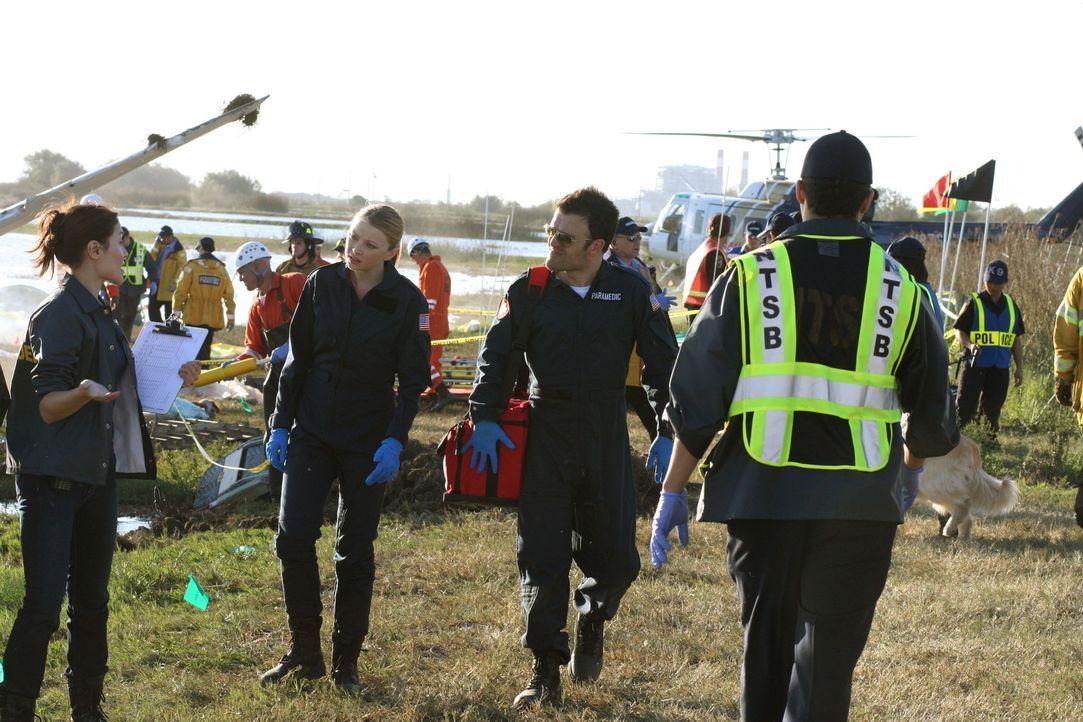Von der Observation zurück in den aktiven Einsatz: Dr. Warren (Elisabeth Harnois, 2.v.l), der Rettungssanitäter Moose (Kevin Weisman, 2.v.r.) und... - Bildquelle: Warner Brothers