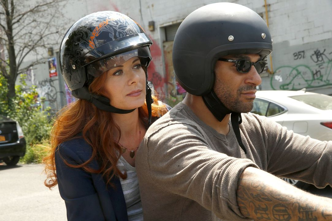 Bei den Ermittlungen in einem neuen Fall bekommt Laura (Debra Messing, l.) Unterstützung von Biker Dude (Jay Hieron, r.) ... - Bildquelle: Warner Bros. Entertainment, Inc.