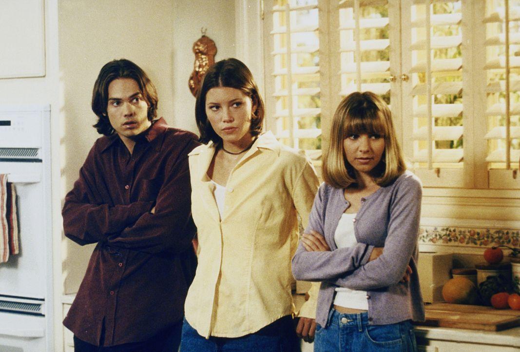 Für die Hochzeit ihres Großvaters ist noch einiges zu tun für John (Nicky Blair, l.), Lucy (Beverly Mitchell, r.) und Mary (Jessica Biel, M.) ... - Bildquelle: The WB Television Network