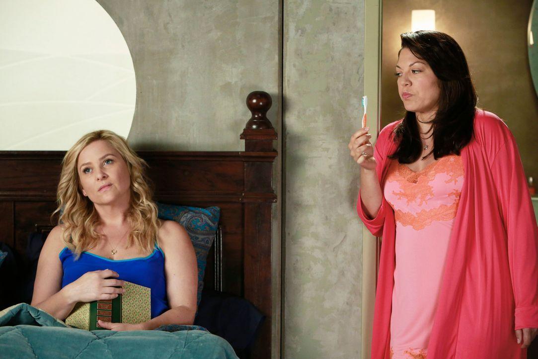 Arizona (Jessica Capshaw, l.) lernt eine interessante Ärztin kennen. Als es zwischen den beiden zu knistern beginnt, unterbindet Arizona ihre Gefü... - Bildquelle: ABC Studios