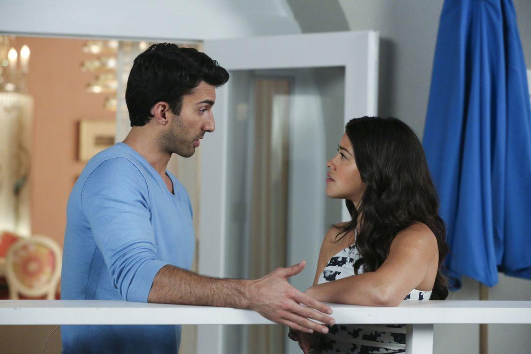 Während Janes (Gina Rodriguez, r.) Stelle in Gefahr ist, bekommt Rafael (Justin Baldoni, l.) dank seines Halbbruders Ärger ... - Bildquelle: Michael Yarish 2016 The CW Network, LLC. All rights reserved.