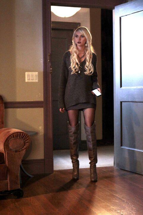 Muss sich einer Krise stellen, als Serena ins Krankenhaus kommt: Jenny (Taylor Momsen) ... - Bildquelle: Warner Bros. Television
