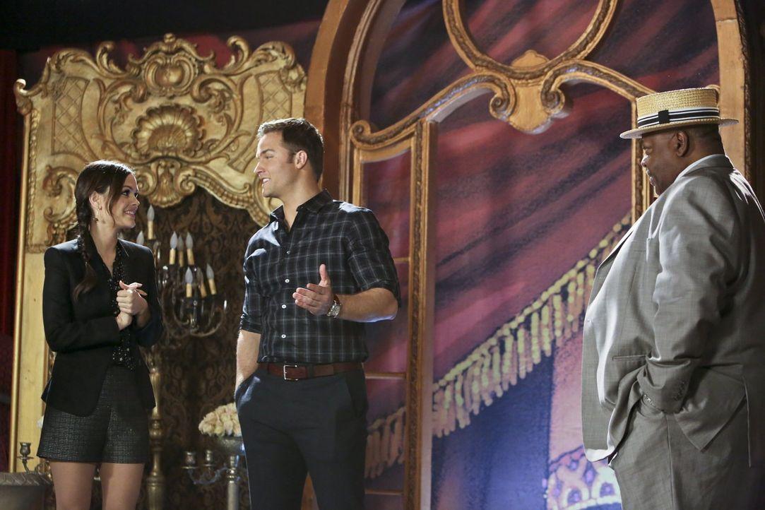 Dash DeWitt (Reginald VelJohnson, r.) wird ungeduldig, denn die Kussszene von George (Scott Porter, M.) und Zoe (Rachel Bilson, l.) im Rahmen des Th... - Bildquelle: Warner Bros.