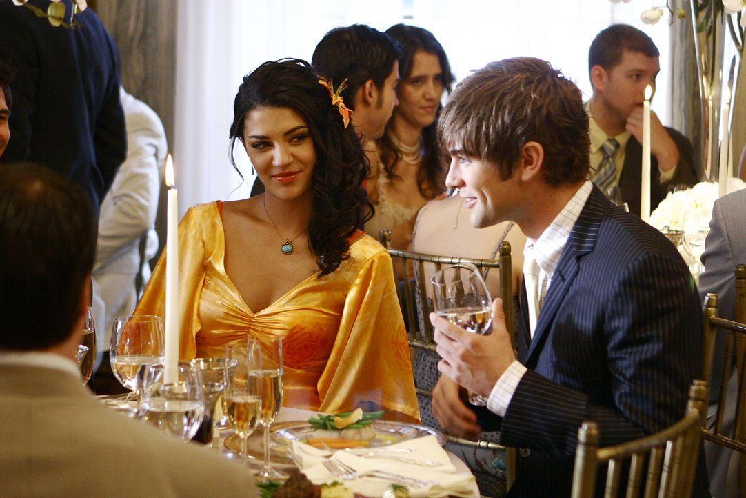 Die hübsche Vanessa (Jessica Szohr, l.) ist Nates (Chace Crawford, r.) Begleitung für Lilys und Barts Hochzeit. Die Chemie zwischen den beiden sti... - Bildquelle: Warner Bros. Television