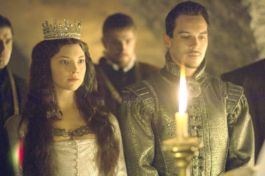 Heimlich nimmt König Henry VIII. (Jonathan Rhys Meyers, r.) seine Anne (Natalie Dormer, l.) zur Frau ... - Bildquelle: 2008 TM Productions Limited and PA Tudors II Inc. All Rights Reserved.