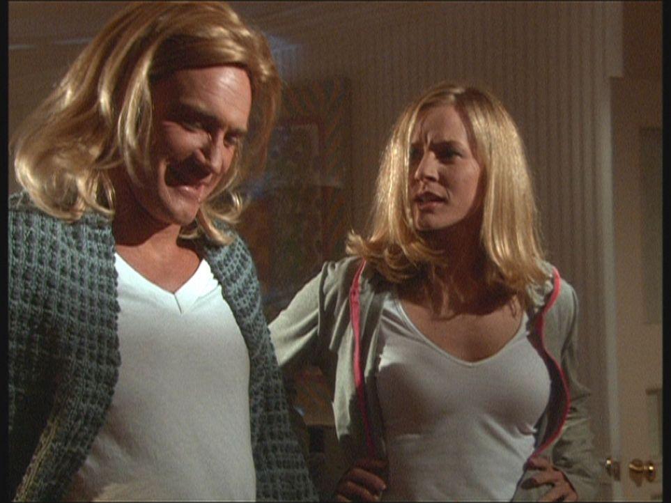 Steve (Barry Van Dyke, l.) hat sich als Doppelgängerin von Ellen (Kim Quinn, r.) verkleidet, um den Killer, der es auf sie abgesehen hat, in eine F... - Bildquelle: Viacom