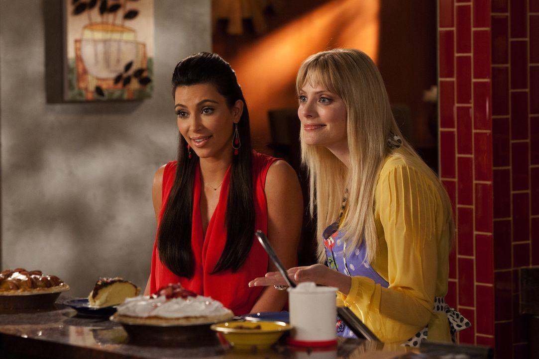 Stacy (April Bowlby, r.) und ihre neue Freundin Nikki (Kim Kardashian, l.) beschließen, eine Bäckerei zu eröffnen und wollen Jane als Sponsorin g... - Bildquelle: 2012 Sony Pictures Television Inc. All Rights Reserved.