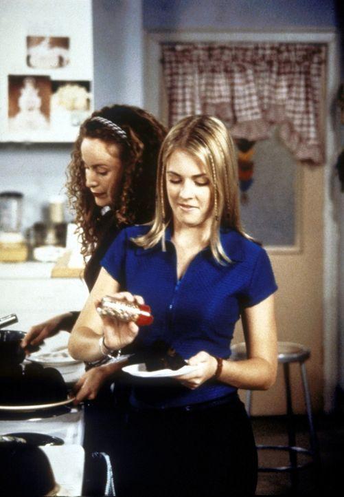 Jenny (Michelle Beaudoin, l.) und Sabrina (Melissa Joan Hart) müssen im Haushaltskundeunterricht einen Kuchen backen. Sabrina würzt ihn mit spezie... - Bildquelle: Paramount Pictures