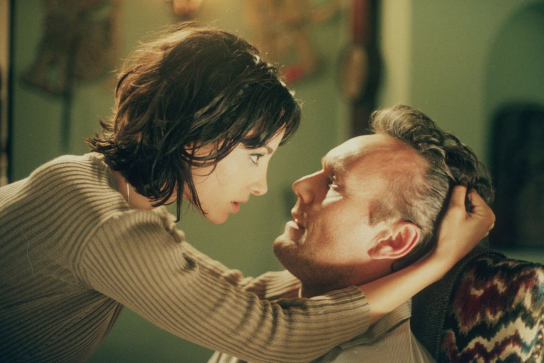 Jenny (Robia La Morte, l.) ist zu einem Dämon mutiert und bedroht Giles (Anthony Stewart Head, r.) ... - Bildquelle: TM +   2000 Twentieth Century Fox Film Corporation. All Rights Reserved.