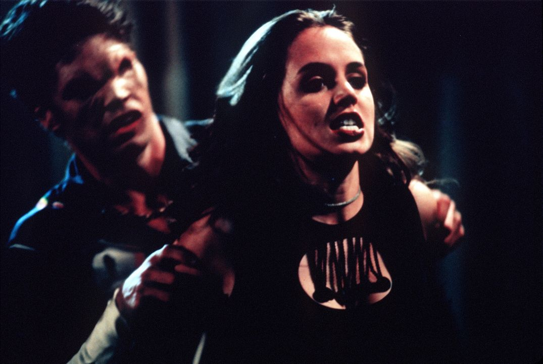 Faith (Eliza Dushku), die vor kurzem in Sunnydale aufgetaucht ist, entpuppt sich als Vampirjägerin. - Bildquelle: TM +   2000 Twentieth Century Fox Film Corporation. All Rights Reserved.