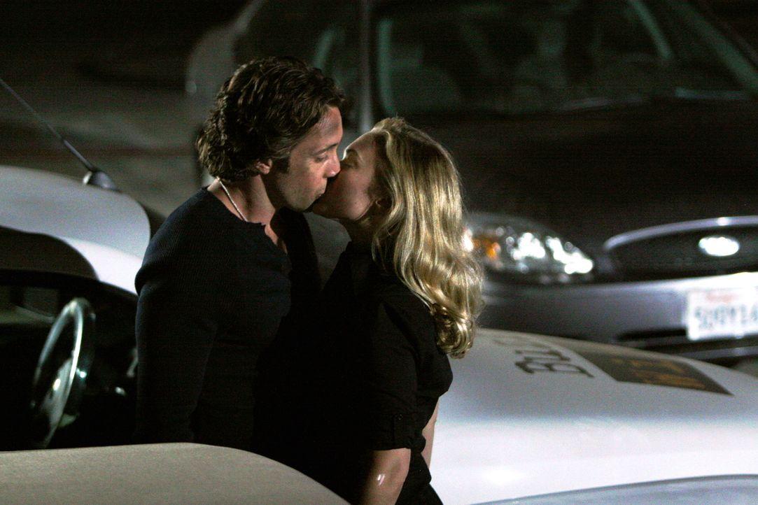 Nach seiner Rettung fällt eine überglückliche Beth (Sophia Myles, r.) Mick (Alex O'Loughlin, l.) nicht nur in die Arme - vergessend, dass sie einen... - Bildquelle: Warner Brothers