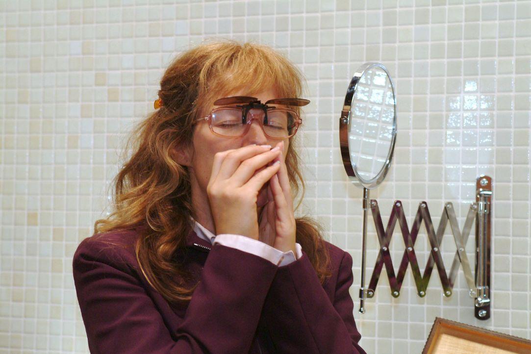 Lisa (Alexandra Neldel) schnuppert an der Mondmorchel, die bei ihr ihre ganze Wirkung entfaltet ... (Dieses Foto von Alexandra Neldel darf nur in Zu... - Bildquelle: Monika Schürle SAT.1 / Monika Schürle